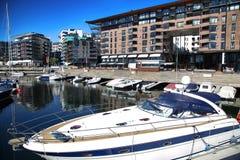 Jacht en modern district op straat Stranden, Aker Brygge in Osl Royalty-vrije Stock Foto's