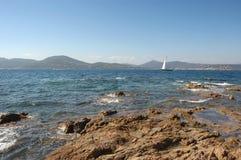 Jacht en rotsen St Tropez royalty-vrije stock afbeelding