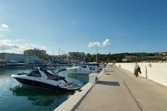 Jacht en toerist in haven van cabopino, marbella Stock Afbeeldingen