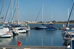 Jacht en varende die schepen in de haven wordt vastgelegd stock foto's