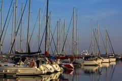 Jacht en zeilboothaven tijdens zonsondergang in Istanboel stock foto's