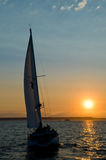 Jacht en zonsondergang Stock Foto's