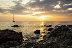 Jacht en zonsondergangstrand Royalty-vrije Stock Afbeelding
