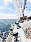 Jacht halsuje w Adriatyckim morzu, Obraz Stock