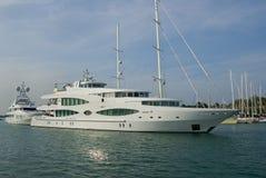 Jacht in haven stock foto