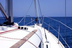Jacht in het blauwe overzees. royalty-vrije stock afbeeldingen