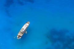Jacht in het blauwe overzees Stock Afbeeldingen