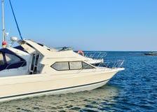 Jacht in het dok op een achtergrond van blauwe overzees stock afbeelding