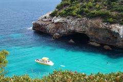 Jacht in het duidelijke water van de baai Zeegezicht Strand in Majorca royalty-vrije stock foto's