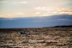 Jacht in het overzees bij zonsondergang Royalty-vrije Stock Foto's