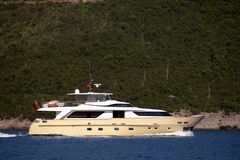 Jacht in het overzees rond het eiland Royalty-vrije Stock Foto's