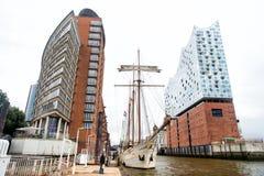 Jacht i filharmoniczna filharmonia na Elbe rzece w Hambrug Zdjęcia Royalty Free