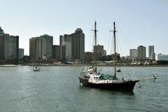 Jacht i miasto Zdjęcia Royalty Free