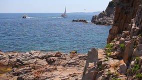 Jacht i motorboat na morzu śródziemnomorskim, Hiszpania zdjęcie wideo