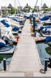 Jacht i łodzie dokuje przy marina Zdjęcie Stock