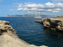 Jacht jest przy kotwicą blisko brzeg Ibiza, Hiszpania Obraz Royalty Free