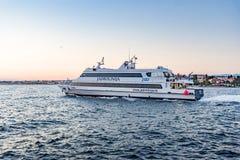 Jacht lub mały statek iść przez fala w schronieniu zdjęcie stock