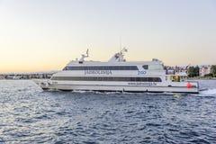 Jacht lub mały statek iść przez fala w schronieniu Fotografia Royalty Free