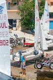 Jacht młodzieżowa klasa przed wszczynać w Pomorie Bułgaria obraz stock