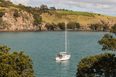 Jacht in Matiatia-Baai bij Waiheke-Eiland wordt vastgelegd dat royalty-vrije stock fotografie