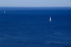 Jacht met witte verkoop in het blauwe overzees Royalty-vrije Stock Fotografie