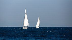 Jacht met witte zeilen in het Egeïsche overzees stock foto's