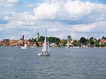Jacht na jeziorze, Mikolajki marina, Polska zdjęcia stock
