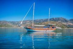 Jacht na zatoce Zdjęcia Royalty Free