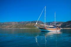 Jacht na zatoce Obrazy Royalty Free