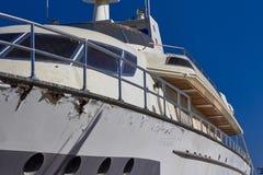Jacht onder reparatie in haven royalty-vrije stock fotografie