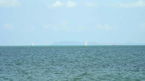 Jacht op de overzeese horizon in een mooie blauwe overzees op een de zomerdag thailand stock videobeelden