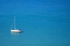 Jacht op een blauwe overzees Royalty-vrije Stock Afbeelding