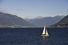 Jacht op Meer Maggiore stock foto's