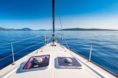 Jacht op zee Modern jacht op zee dichtbij de kustlijn van Griekenland Royalty-vrije Stock Afbeeldingen