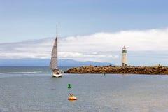 Jacht opuszcza zatoki blisko Walton latarni morskiej obrazy stock