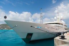 Jacht in philipsburg wordt vastgelegd, sint Maarten die Schip op overzeese pijler op bewolkte blauwe hemel Luxereis op jacht, vac royalty-vrije stock afbeeldingen