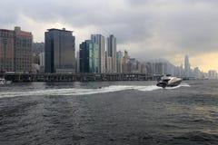 Jacht podróżuje przy półmrokiem Zdjęcia Royalty Free