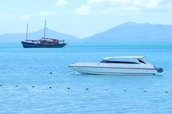 Jacht prędkości łódź i tradycyjna łódź na morzu z halnym b Obraz Stock