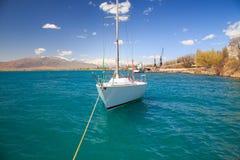Jacht przy molem Zdjęcia Royalty Free