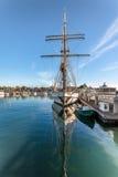 Jacht Przy molem Na słonecznym dniu na doku Zdjęcie Stock