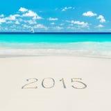 Jacht przy tropikalną plażą i 2015 szczęśliwego nowego roku piaskowatymi podpisami S Fotografia Royalty Free
