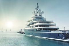 Jacht przy zatoką Obraz Royalty Free