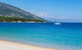Jacht przy Zlatni szczura plażą, Chorwacja zdjęcie royalty free