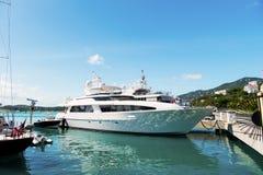 Jacht in stthomas, Brits maagdelijk eiland wordt vastgelegd dat Schip op overzeese pijler op zonnige blauwe hemel Luxereis op jac royalty-vrije stock foto's