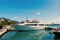 Jacht in stthomas, Brits maagdelijk eiland wordt vastgelegd dat Schip op overzeese pijler op zonnige blauwe hemel Luxereis op jac stock afbeelding