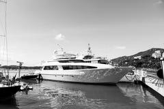 Jacht in stthomas, Brits maagdelijk eiland wordt vastgelegd dat Schip op overzeese pijler op zonnige blauwe hemel Luxereis op jac royalty-vrije stock fotografie