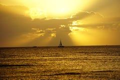 Jacht sylwetka w zmierzchu fotografia royalty free