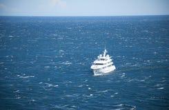 Jacht uit in het overzees Royalty-vrije Stock Foto