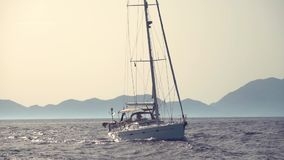 Jacht unosi się w morzu zbiory