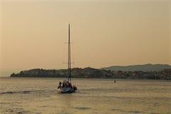 Jacht unosi się w morzu od marina przy zmierzchem Obraz Stock